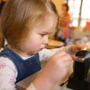The very youngest children are encouraged to develop their language skills and use their senses.  (© istockphoto.com)